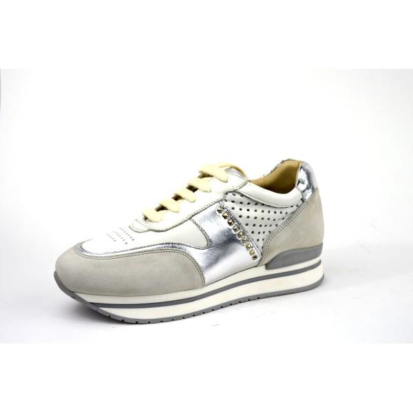 Janet sport Sneakers Lacci Traforato borchiette Bianco Fondo gomma